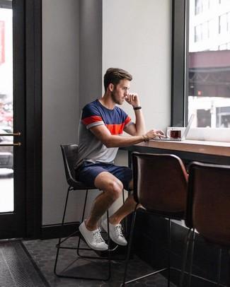 Cómo combinar: reloj de cuero negro, tenis de lona blancos, pantalones cortos azul marino, camiseta con cuello circular en blanco y rojo y azul marino