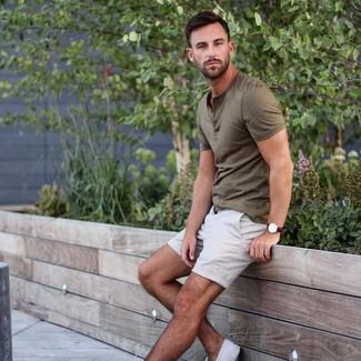 Cómo combinar: reloj de cuero en marrón oscuro, tenis de lona blancos, pantalones cortos blancos, camiseta henley verde oliva