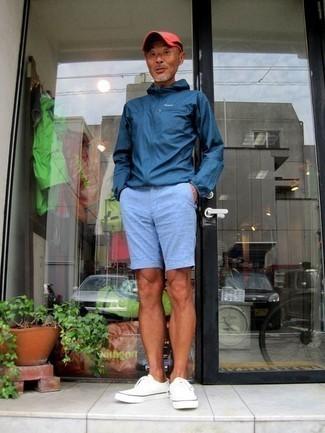 Combinar un chubasquero azul marino: Elige un chubasquero azul marino y unos pantalones cortos celestes para una apariencia fácil de vestir para todos los días. Tenis de lona blancos son una opción incomparable para completar este atuendo.