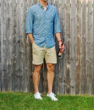 Combinar unos pantalones cortos en beige: Utiliza una camisa de manga larga de cambray celeste y unos pantalones cortos en beige para una vestimenta cómoda que queda muy bien junta. Tenis de lona blancos son una opción incomparable para complementar tu atuendo.