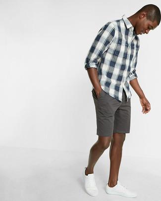 Cómo combinar: tenis blancos, pantalones cortos en gris oscuro, camisa de manga larga de tartán en azul marino y blanco