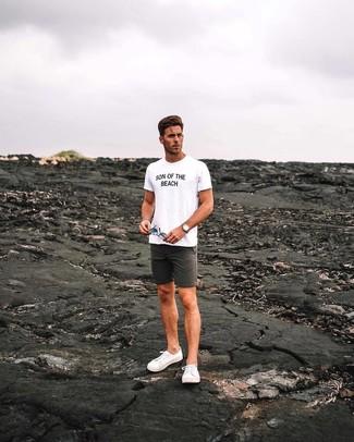 Cómo combinar: reloj de cuero marrón claro, tenis de lona blancos, pantalones cortos en gris oscuro, camiseta con cuello circular estampada en blanco y negro