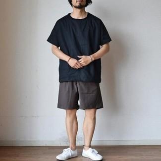 Combinar unos pantalones cortos en gris oscuro: Ponte una camiseta con cuello circular negra y unos pantalones cortos en gris oscuro para conseguir una apariencia relajada pero elegante. Tenis de lona blancos son una opción práctica para completar este atuendo.