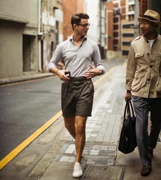 Cómo combinar: tenis blancos, pantalones cortos en marrón oscuro, camisa polo gris