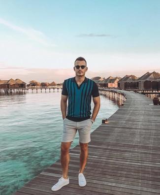 Combinar unos pantalones cortos grises: Empareja una camisa polo de rayas verticales en verde azulado junto a unos pantalones cortos grises para una apariencia fácil de vestir para todos los días. Tenis blancos son una opción incomparable para completar este atuendo.