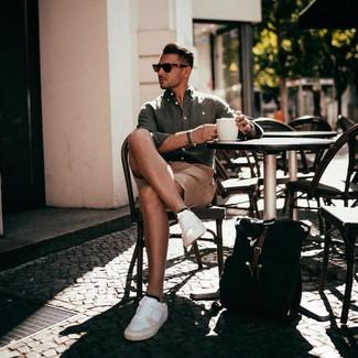 Combinar una mochila de lona negra: Ponte una camisa de manga larga de lino verde oliva y una mochila de lona negra para un look agradable de fin de semana. Con el calzado, sé más clásico y usa un par de tenis de cuero blancos.