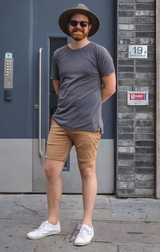 Combinar unos pantalones cortos marrón claro: Casa una camiseta con cuello circular azul marino con unos pantalones cortos marrón claro para conseguir una apariencia relajada pero elegante. Este atuendo se complementa perfectamente con tenis de cuero blancos.