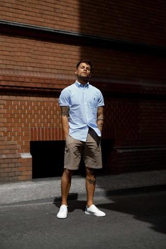 Cómo combinar: tenis blancos, pantalones cortos marrónes, camisa de manga corta de rayas verticales celeste