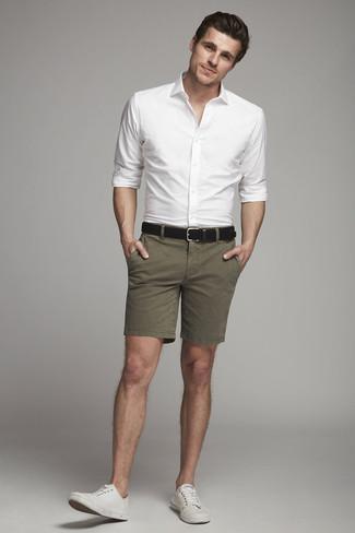 Cómo combinar: correa de cuero negra, tenis de lona blancos, pantalones cortos verde oliva, camisa de vestir blanca