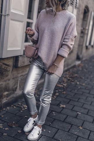 Combinar un jersey oversized rosa: Empareja un jersey oversized rosa junto a unos pantalones pitillo de cuero plateados para un look diario sin parecer demasiado arreglada. Si no quieres vestir totalmente formal, elige un par de tenis de cuero blancos.