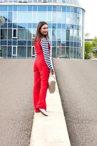 Cómo combinar: cartera de cuero en beige, tenis de lona blancos, peto rojo, camiseta henley de rayas horizontales en azul marino y blanco