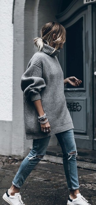 Cómo combinar: pulsera gris, tenis blancos, vaqueros desgastados azules, jersey oversized de punto gris