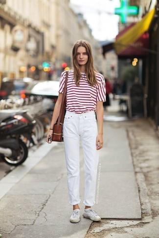 Cómo combinar: bolso bandolera de cuero en marrón oscuro, tenis blancos, vaqueros boyfriend blancos, camiseta con cuello circular de rayas horizontales en blanco y rojo