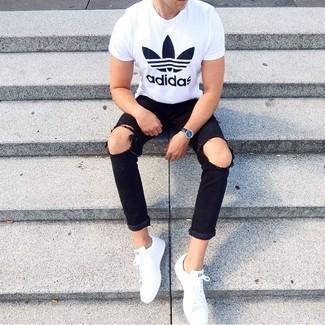 Cómo combinar: reloj de cuero negro, tenis blancos, vaqueros desgastados negros, camiseta con cuello circular estampada en blanco y negro