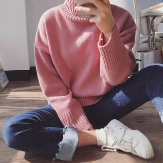 Cómo combinar: calcetines blancos, tenis de lona blancos, vaqueros pitillo azul marino, jersey de cuello alto de punto rosado