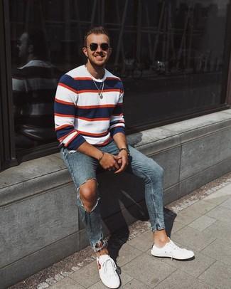 Cómo combinar: gafas de sol negras, tenis blancos, vaqueros pitillo desgastados azules, jersey con cuello circular de rayas horizontales en blanco y rojo y azul marino