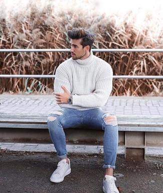 Combinar un reloj plateado: Opta por un jersey de cuello alto de punto blanco y un reloj plateado transmitirán una vibra libre y relajada. Tenis de cuero blancos son una forma sencilla de mejorar tu look.