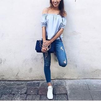 Cómo combinar: bolso bandolera de cuero acolchado azul marino, tenis blancos, vaqueros pitillo desgastados azules, top con hombros descubiertos celeste