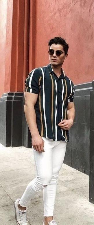 Cómo combinar: gafas de sol negras, tenis blancos, vaqueros pitillo desgastados blancos, camisa de manga corta de rayas verticales negra