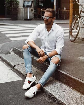 Cómo combinar: gafas de sol grises, tenis de cuero estampados blancos, vaqueros pitillo desgastados celestes, camisa de manga larga blanca