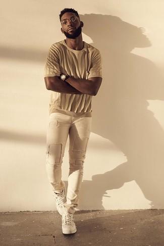Cómo combinar: reloj marrón, tenis blancos, vaqueros pitillo desgastados en beige, camiseta con cuello circular marrón claro