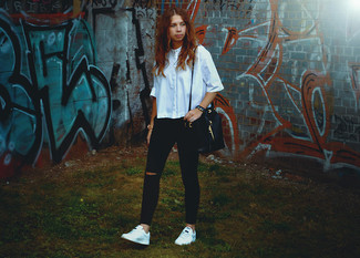 Cómo combinar: mochila con cordón de cuero negra, tenis blancos, vaqueros pitillo desgastados negros, camisa de manga corta celeste