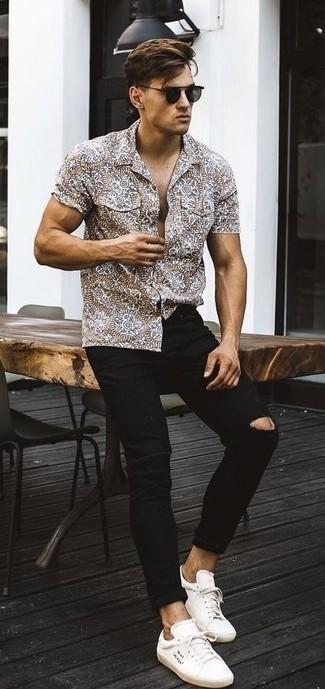 Cómo combinar: gafas de sol negras, tenis de lona blancos, vaqueros pitillo desgastados negros, camisa de manga corta estampada marrón