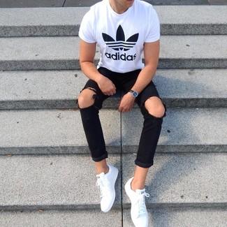 Cómo combinar: reloj de cuero negro, tenis de cuero blancos, vaqueros pitillo desgastados negros, camiseta con cuello circular estampada en blanco y negro