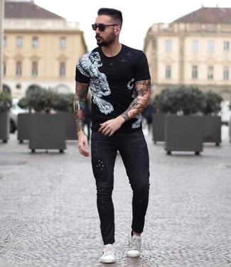 Cómo combinar: gafas de sol negras, tenis de cuero blancos, vaqueros pitillo negros, camiseta con cuello circular estampada en negro y blanco