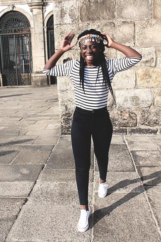 Cómo combinar: cinta para la cabeza en multicolor, tenis de lona blancos, vaqueros pitillo negros, camiseta de manga larga de rayas horizontales en blanco y negro