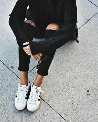 Cómo combinar: bolso bandolera de cuero negro, tenis blancos, vaqueros pitillo desgastados negros, jersey oversized negro