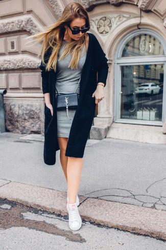Cómo combinar: bolso bandolera de cuero negro, tenis blancos, vestido ajustado gris, cárdigan abierto negro