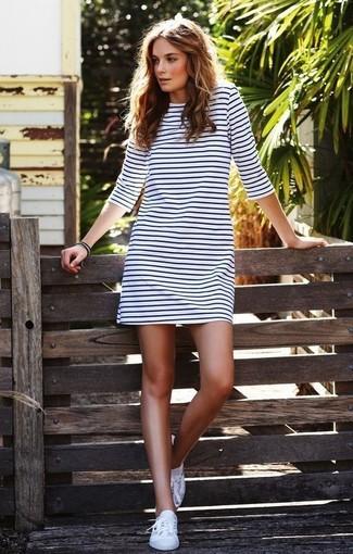 Unos Tenis De Vestir Con Un Vestido Amplio Blanco 2 Looks