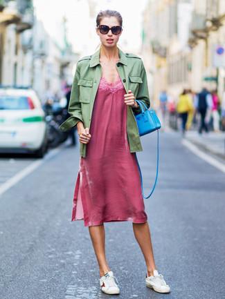 Cómo combinar: bolso bandolera de cuero en turquesa, tenis de cuero blancos, vestido camisola rosa, chaqueta militar verde oliva