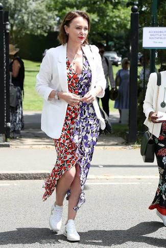 Cómo combinar: reloj plateado, tenis blancos, vestido largo con print de flores en multicolor, blazer blanco