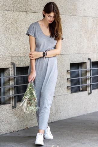 Cómo combinar: tenis blancos, vestido largo gris