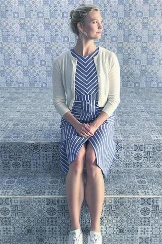 Combinar unos tenis blancos: Usa un cárdigan blanco y un vestido midi de rayas verticales azul para conseguir una apariencia relajada pero chic. ¿Quieres elegir un zapato informal? Elige un par de tenis blancos para el día.