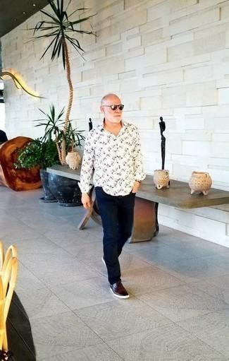 Moda para hombres de 60 años: Ponte una camisa de manga larga estampada en blanco y negro y un pantalón chino azul marino para un almuerzo en domingo con amigos. Tenis de cuero burdeos son una opción excelente para completar este atuendo.
