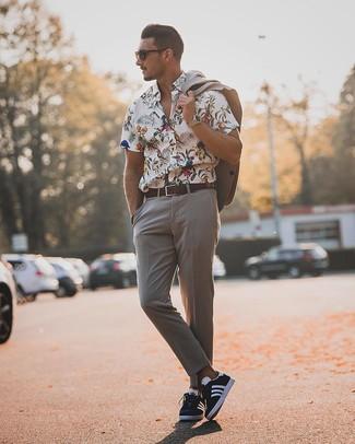 Cómo combinar: correa de cuero en marrón oscuro, tenis en azul marino y blanco, camisa de manga corta con print de flores blanca, traje gris