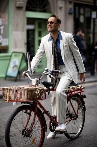 Look de moda: Pañuelo de bolsillo en beige, Tenis de lona blancos, Camisa de manga corta azul, Traje de rayas verticales blanco