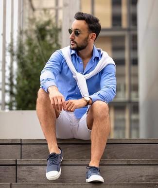 Cómo combinar: gafas de sol verde oscuro, tenis de lona en azul marino y blanco, camisa de manga larga azul, jersey con cuello circular blanco