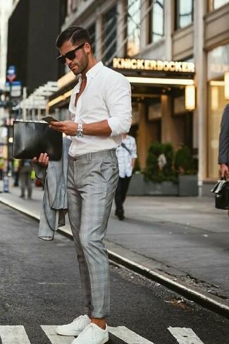 Cómo combinar: bolso con cremallera de cuero negro, tenis blancos, camisa de manga larga blanca, traje de tartán gris