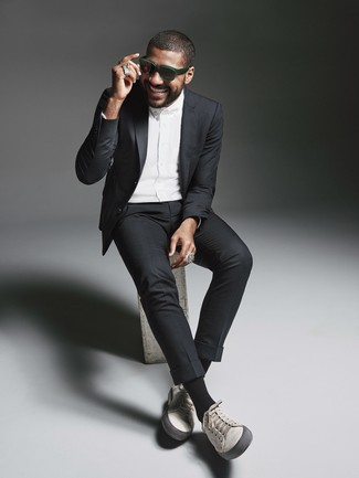 Cómo combinar: gafas de sol verde oscuro, tenis de cuero grises, camisa de vestir blanca, traje negro
