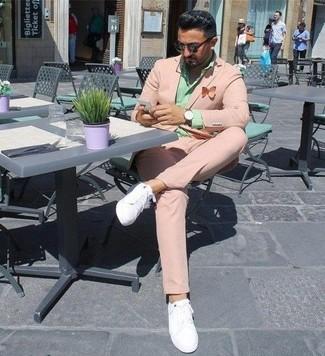 Cómo combinar: gafas de sol en marrón oscuro, tenis de cuero blancos, camisa de vestir en verde menta, traje rosado