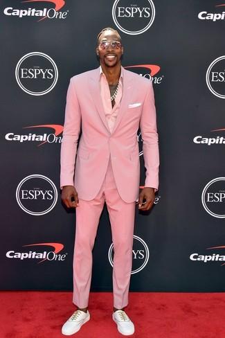 Cómo combinar: pañuelo de bolsillo blanco, tenis blancos, camisa de vestir rosada, traje rosado