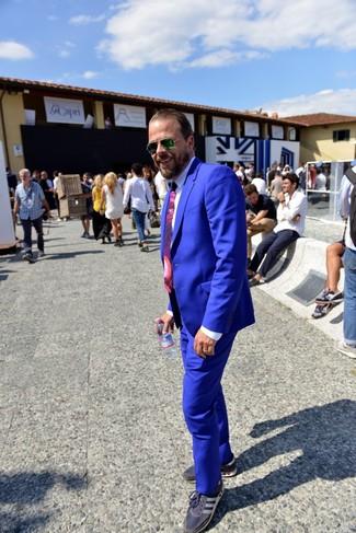 Cómo combinar: corbata estampada morado, tenis azul marino, camisa de vestir blanca, traje azul