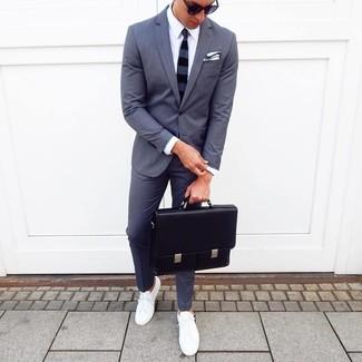 Cómo combinar: portafolio de cuero negro, tenis blancos, camisa de vestir blanca, traje en gris oscuro