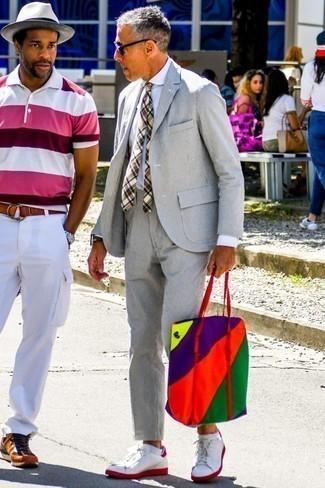 Combinar una corbata: Considera ponerse un traje de seersucker gris y una corbata para rebosar clase y sofisticación. Mezcle diferentes estilos con tenis de cuero en blanco y rojo.