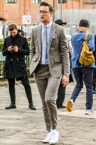 Combinar una corbata de lana gris: Casa un traje de lana de rayas verticales marrón junto a una corbata de lana gris para una apariencia clásica y elegante. Si no quieres vestir totalmente formal, usa un par de tenis blancos.