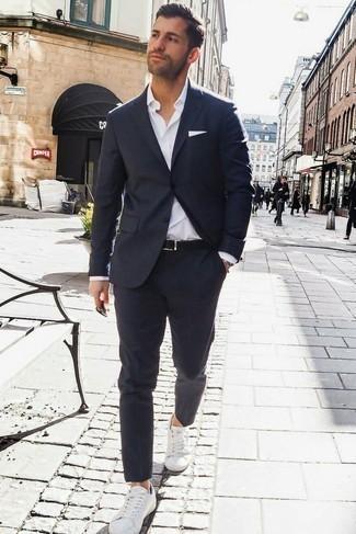 Combinar un traje azul marino: Ponte un traje azul marino y una camisa de vestir blanca para un perfil clásico y refinado. Si no quieres vestir totalmente formal, haz tenis blancos tu calzado.